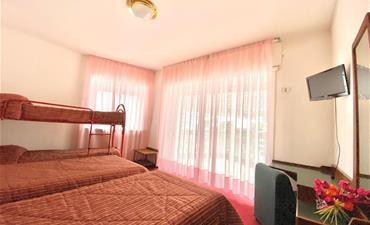 Hotel BOZZI_dvoulůžkový pokoj s 2 přistýlkami
