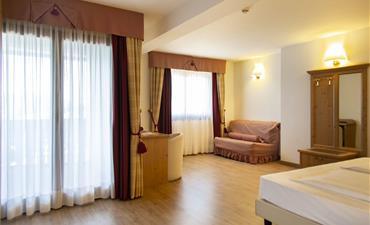 Hotel GOLF_dvoulůžkový pokoj s 2 přistýlkami SUPERIOR - min 3 osoby