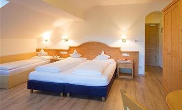 Hotel KRONDLHOF_dvoulůžkový pokoj s 2 přistýlkami