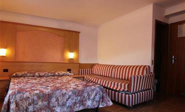Hotel EUROPA_dvoulůžkový pokoj s 2 přistýlkami