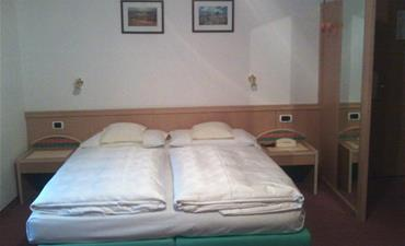 Hotel RODES_dvoulůžkový pokoj s 2 přistýlkami