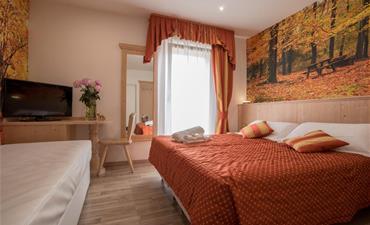 Hotel TOURING_dvoulůžkový pokoj s 2 přistýlkami